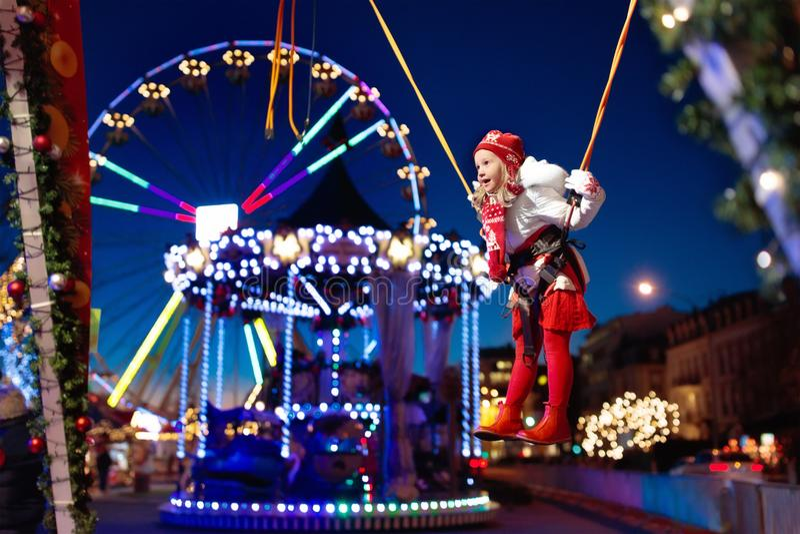 Παιδί στην έκθεση Χριστουγέννων Άλμα bungee παιδιών στοκ εικόνα