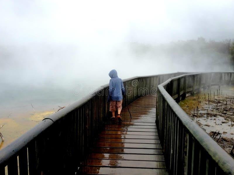 Παιδί στις καυτές θερμικές λίμνες Νέα Ζηλανδία στοκ εικόνες