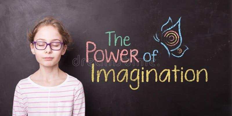 """Παιδί στον πίνακα κιμωλίας και το σημάδι """"της δύναμης της φαντασίας """" στοκ εικόνα με δικαίωμα ελεύθερης χρήσης"""