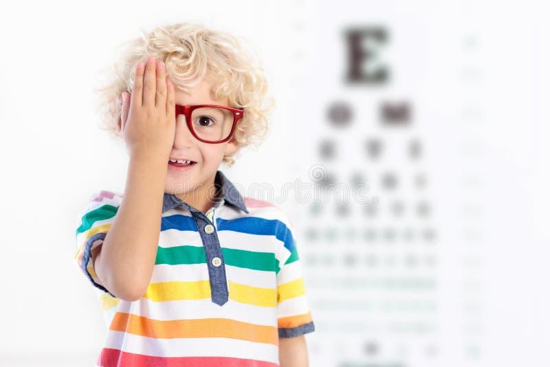 Παιδί στο παιδί δοκιμής θέας ματιών σε optitian Eyewear για τα παιδιά στοκ φωτογραφίες
