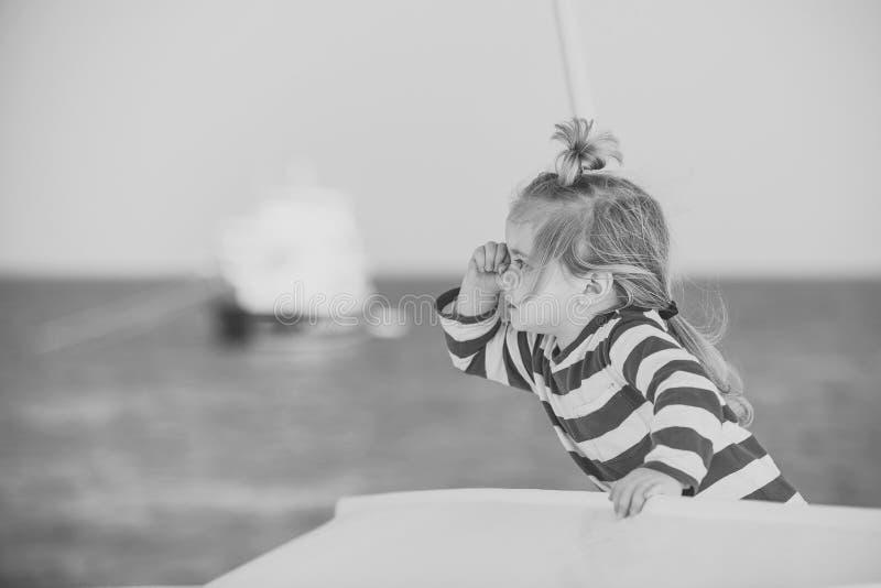 Παιδί στο ριγωτό πουκάμισο στη βάρκα στοκ εικόνες