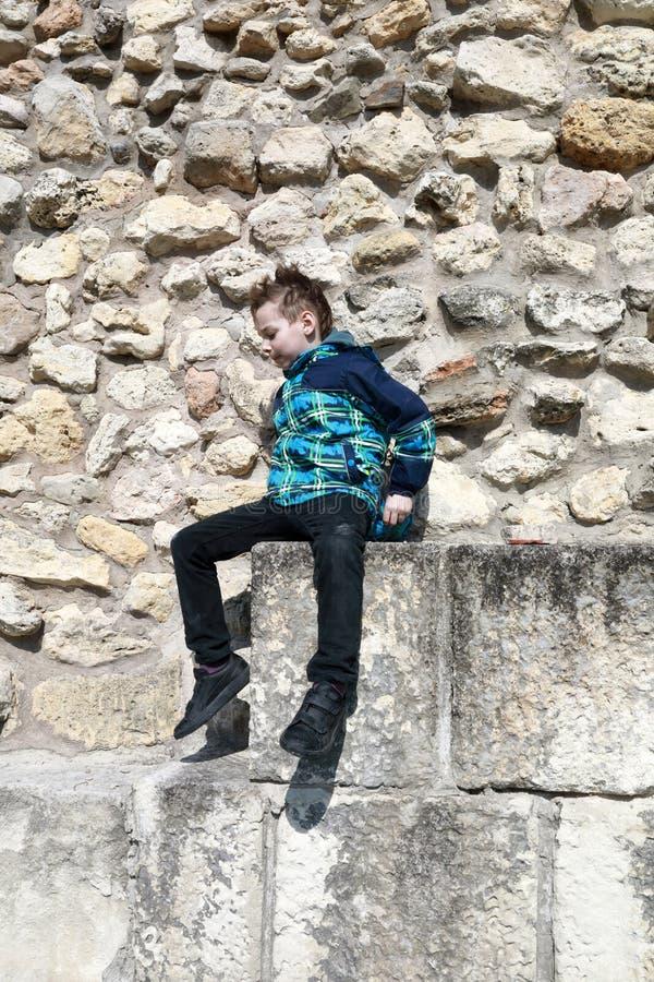 Παιδί στο υπόβαθρο του τοίχου φρουρίων στοκ φωτογραφίες με δικαίωμα ελεύθερης χρήσης