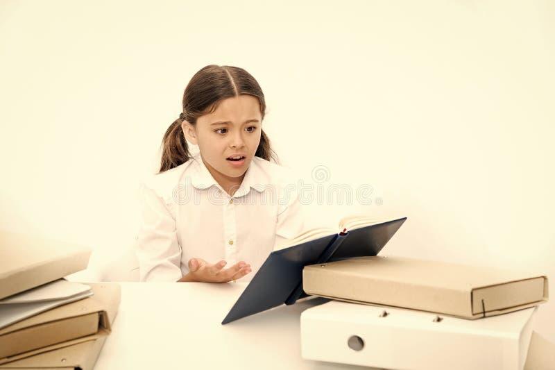 Παιδί χαριτωμένο που κουράζει της μελέτης Τρυπώντας μάθημα Τρυπώντας εργασία στόχου Ξεφορτωθείτε τον τρυπώντας στόχο Τρυπημένος ο στοκ εικόνες με δικαίωμα ελεύθερης χρήσης