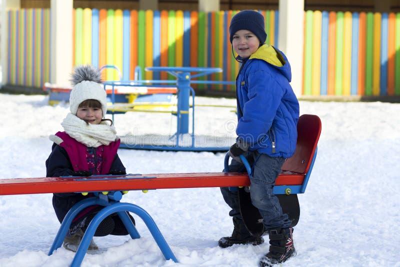"""Παιδιά έξω Ï""""Î¿ χειμώνα στο νηπιαγωγείο στοκ φωτογραφία με δικαίωμα ελεύθερης χρήσης"""