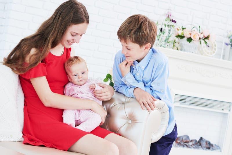 Παιδιά αμφιθαλών που παίζουν με λίγο μωρό στοκ φωτογραφία με δικαίωμα ελεύθερης χρήσης