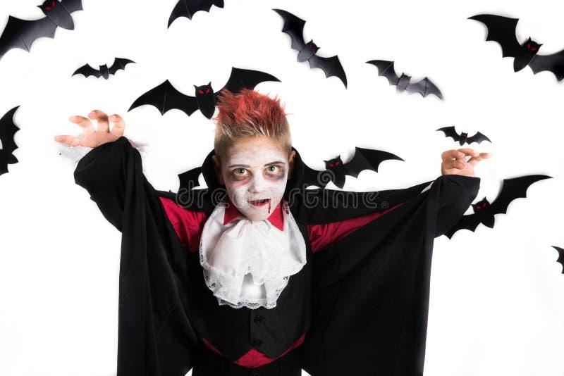 Παιδιά αποκριών Απόκοσμο αγόρι με ένα κοστούμι αποκριών ενός βαμπίρ Dracula, έτοιμο για το κόμμα αποκριών ή το μπάλωμα κολοκύθας στοκ φωτογραφία