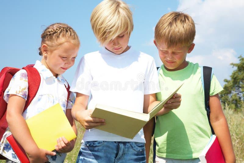 παιδιά βιβλίων που διαβάζ&om στοκ εικόνα