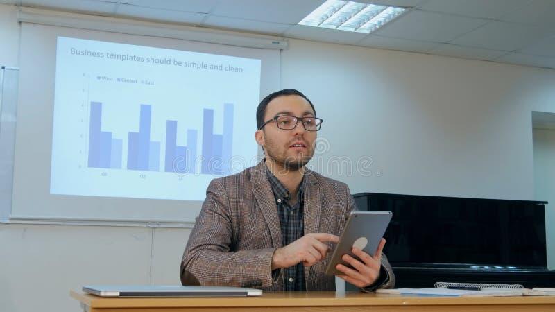 Παιδιά διδασκαλίας δασκάλων στην ψηφιακή ταμπλέτα στην τάξη στο σχολείο στοκ φωτογραφία με δικαίωμα ελεύθερης χρήσης