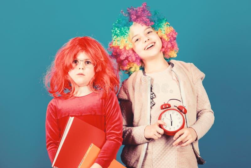 Παιδιά με πολύχρωμο στυλ καραγκιόζη Δεν αστειεύομαι για την πειθαρχία Σχολικός συναγερμός Το κορίτσι ανησυχεί στοκ εικόνα
