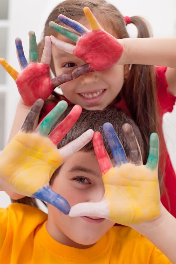 Παιδιά με τα χρωματισμένα χέρια στοκ φωτογραφίες