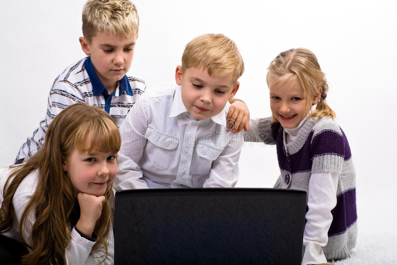 Παιδιά με το lap-top στοκ φωτογραφία με δικαίωμα ελεύθερης χρήσης