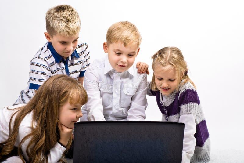 Παιδιά με το lap-top στοκ φωτογραφίες με δικαίωμα ελεύθερης χρήσης