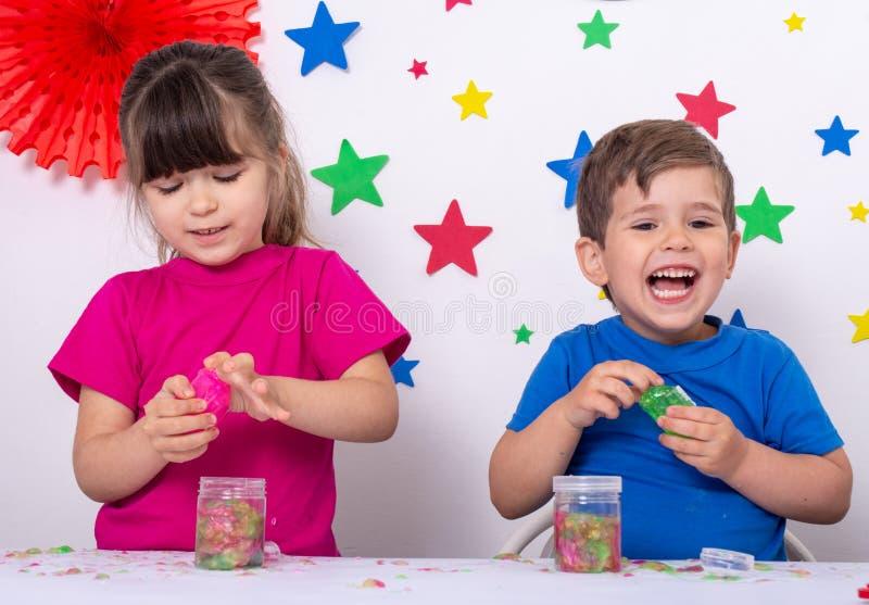 Παιδιά με slime ουράνιων τόξων στοκ φωτογραφία
