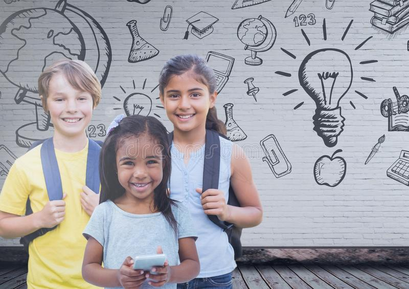 Παιδιά μπροστά από τον κενό τοίχο με τη γραφική παράσταση εκπαίδευσης στοκ εικόνες