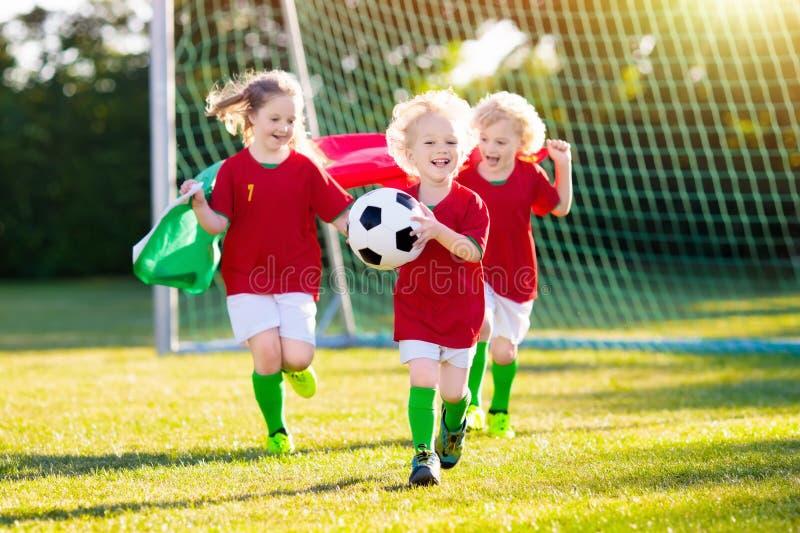 Παιδιά οπαδών ποδοσφαίρου της Πορτογαλίας Τα παιδιά παίζουν το ποδόσφαιρο στοκ φωτογραφίες με δικαίωμα ελεύθερης χρήσης