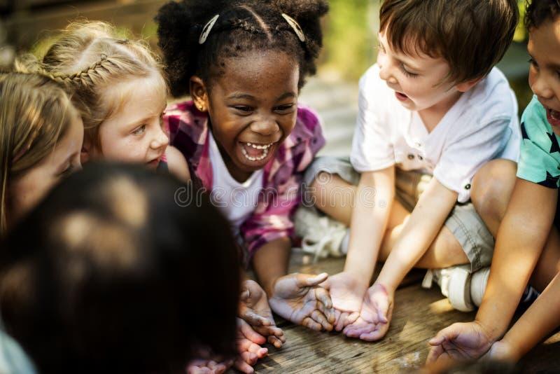 Παιδιά που έχουν έναν χρόνο διασκέδασης από κοινού στοκ εικόνες με δικαίωμα ελεύθερης χρήσης