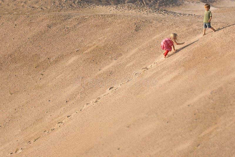 Παιδιά που αναρριχούνται στον αμμόλοφο άμμου δέντρο πεδίων στοκ φωτογραφίες με δικαίωμα ελεύθερης χρήσης