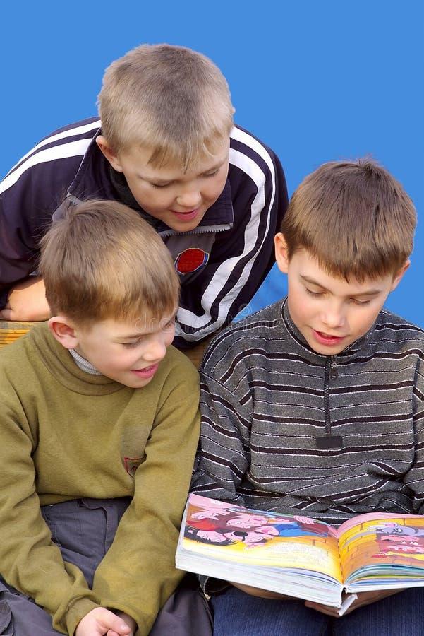 παιδιά που διαβάζονται στοκ φωτογραφίες με δικαίωμα ελεύθερης χρήσης