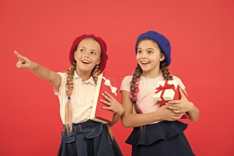 Παιδιά που διεγείρονται για να ανοίξει τα δώρα Μικρά χαριτωμένα λαμβανόμενα κορίτσια δώρα διακοπών Φέρτε την ευτυχία στα παιδιά Κ στοκ εικόνες