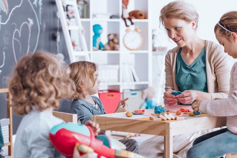 Παιδιά που κάνουν τα ειδώλια plasticine στοκ φωτογραφία με δικαίωμα ελεύθερης χρήσης