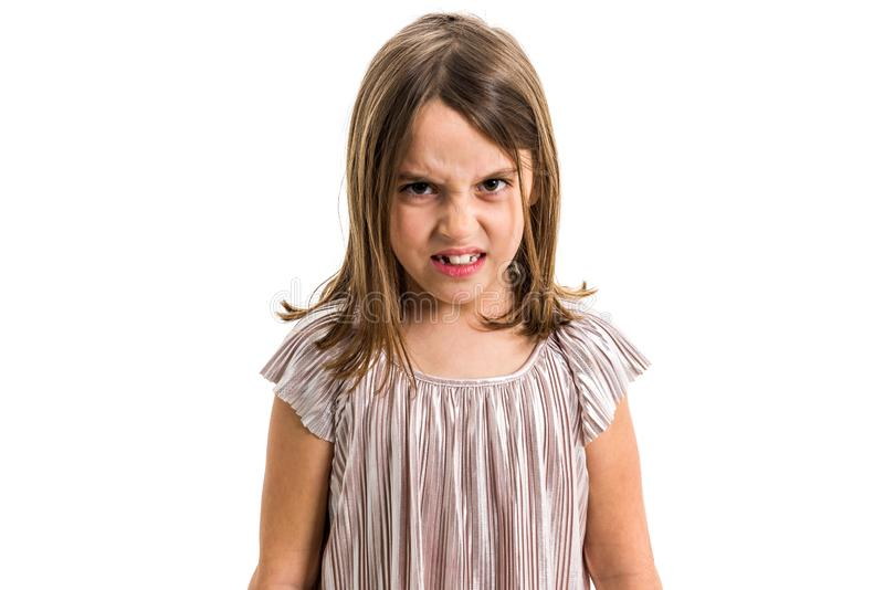 Λίγο νέο κορίτσι είναι, τρελλός, απειθής με την κακή συμπεριφορά στοκ εικόνα