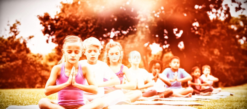 Παιδιά που κάνουν τη γιόγκα στοκ εικόνες