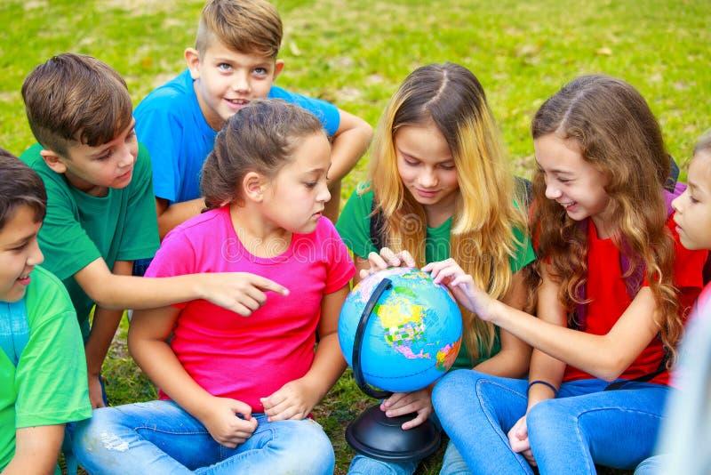 Παιδιά που μαθαίνουν για τον πλανήτη στοκ εικόνες
