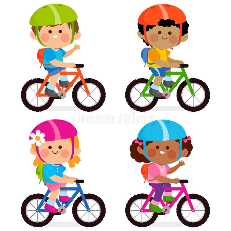 Παιδιά που οδηγούν τα ποδήλατα και που φορούν τα κράνη και τα σακίδια πλάτης τους απεικόνιση αποθεμάτων