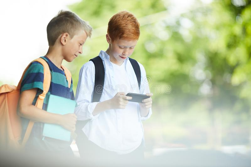 Παιδιά που παίζουν με το τηλέφωνο στοκ εικόνα