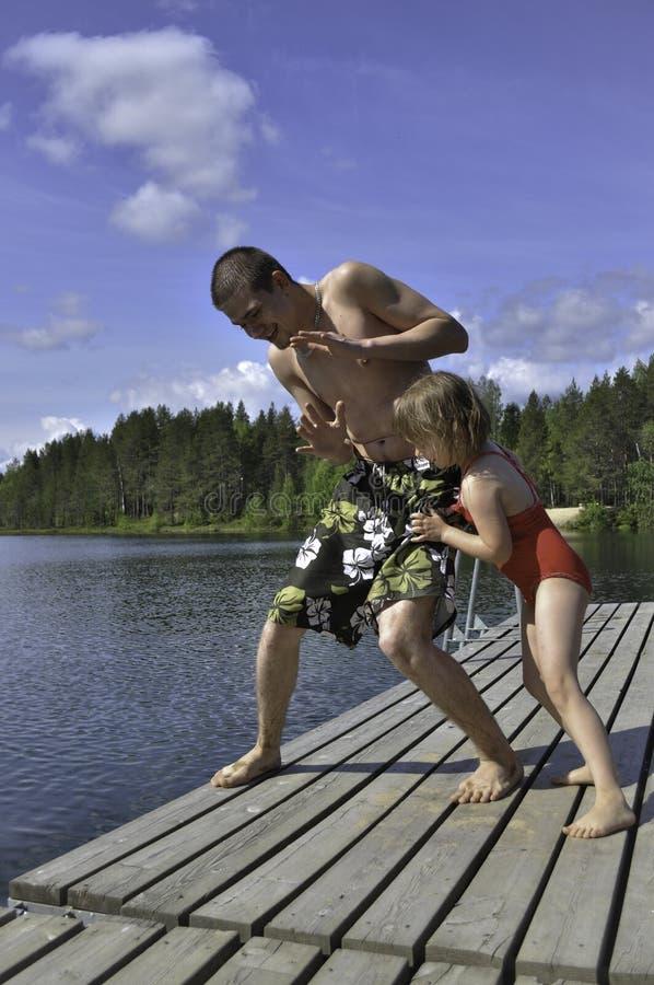 παιδιά που παίζουν πλησίο στοκ φωτογραφία με δικαίωμα ελεύθερης χρήσης