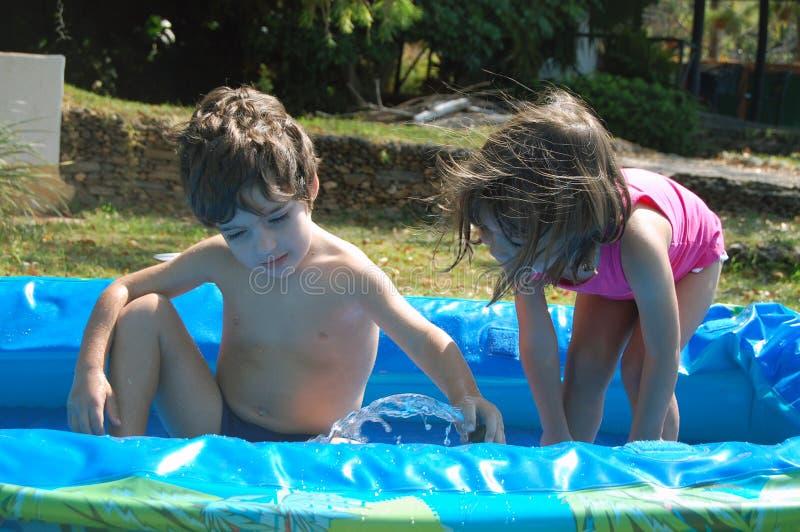 παιδιά που παίζουν τη λίμνη στοκ εικόνες