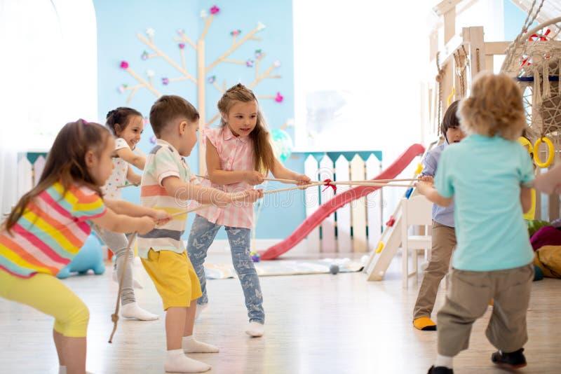 Παιδιά που παίζουν τη σύγκρουση στοκ εικόνες με δικαίωμα ελεύθερης χρήσης