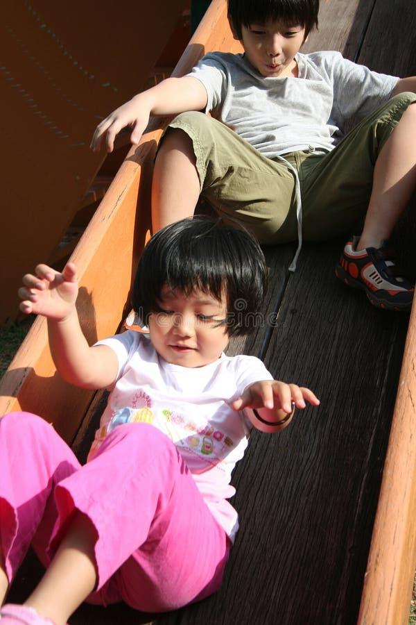 παιδιά που παίζουν τη φωτ&omicr στοκ φωτογραφίες