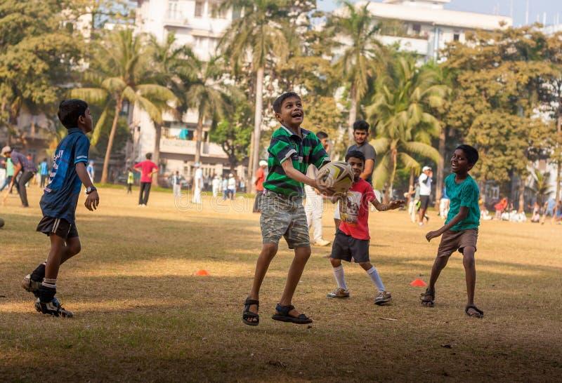 Παιδιά που παίζουν το ποδόσφαιρο στο έδαφος Mumbai στοκ φωτογραφίες με δικαίωμα ελεύθερης χρήσης