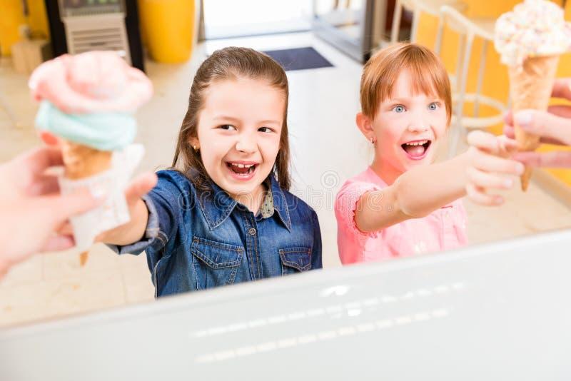 Παιδιά που παίρνουν το παγωτό τους στο μετρητή στοκ φωτογραφία