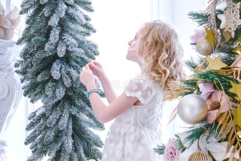 Παιδιά που περιμένουν το νέα έτος και τα Χριστούγεννα Χαριτωμένος λίγο gir στοκ φωτογραφία