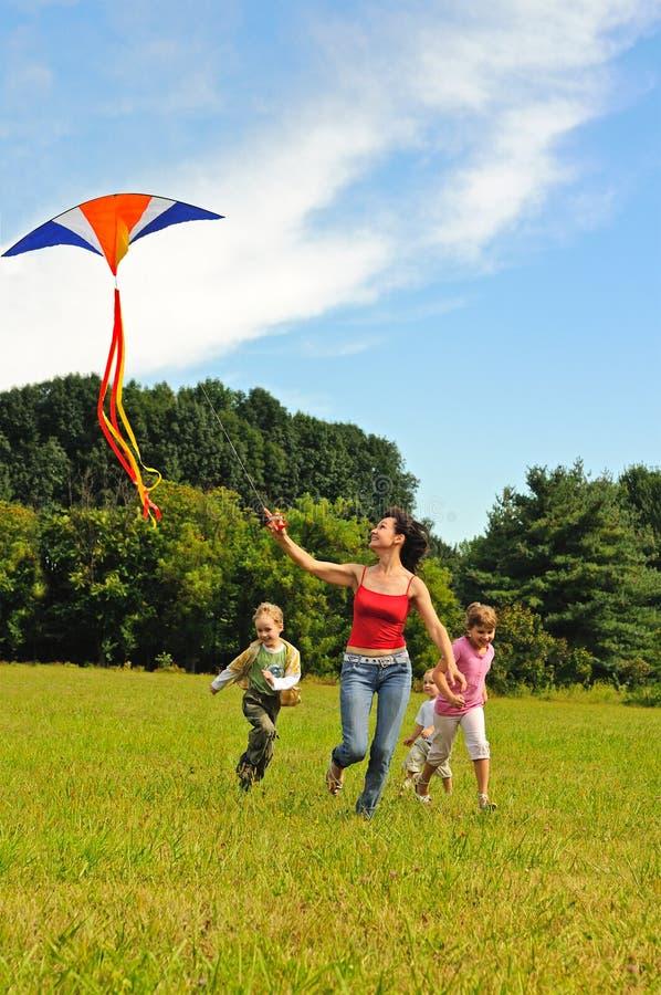παιδιά που πετούν τις νεο στοκ φωτογραφίες