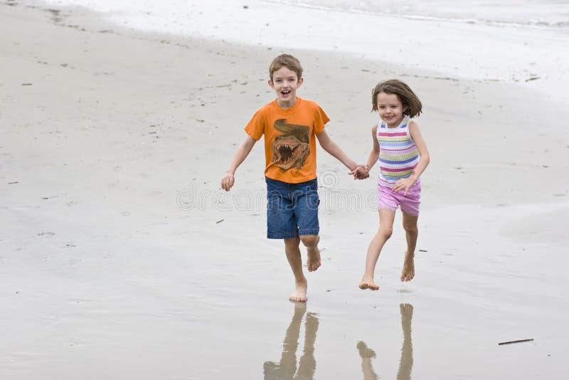 παιδιά που τρέχουν δύο στοκ εικόνες με δικαίωμα ελεύθερης χρήσης