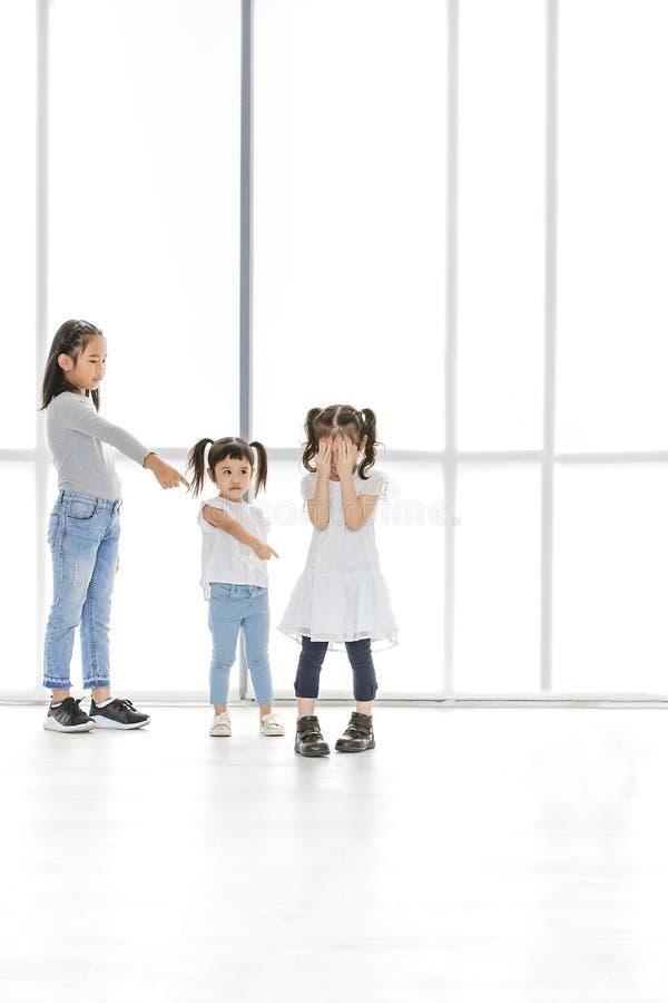 Παιδιά που φοβερίζουν στο φίλο στοκ φωτογραφία με δικαίωμα ελεύθερης χρήσης