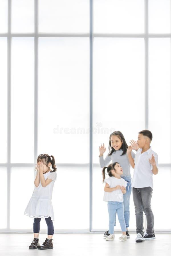 Παιδιά που φοβερίζουν στο φίλο στοκ φωτογραφίες