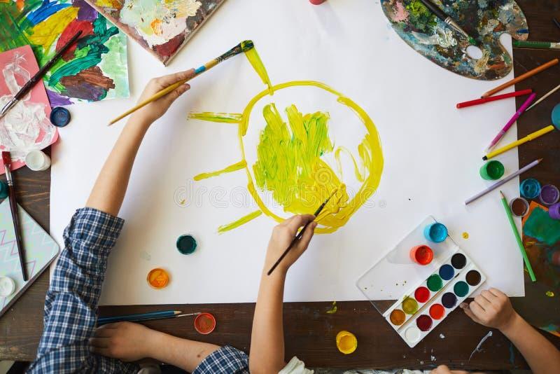 Παιδιά που χρωματίζουν τον ήλιο επάνω από την άποψη στοκ φωτογραφία με δικαίωμα ελεύθερης χρήσης