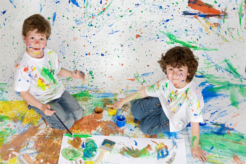 παιδιά που χρωματίζουν τ&omicro στοκ εικόνες