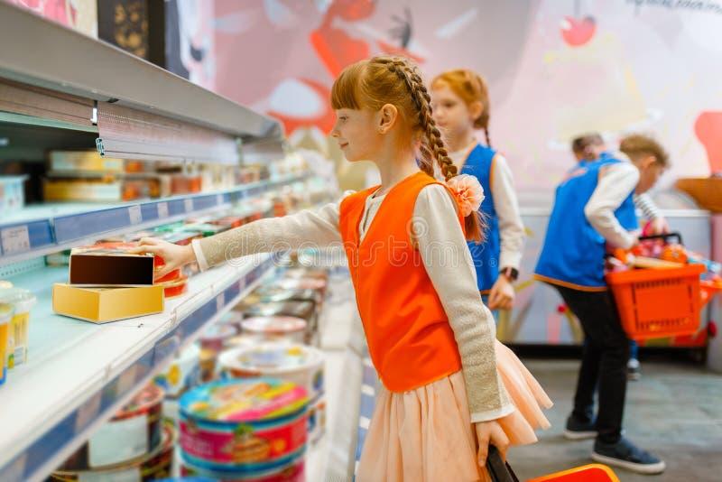 Παιδιά στις ομοιόμορφες παίζοντας πωλήτριες, χώρος για παιχνίδη στοκ εικόνα με δικαίωμα ελεύθερης χρήσης