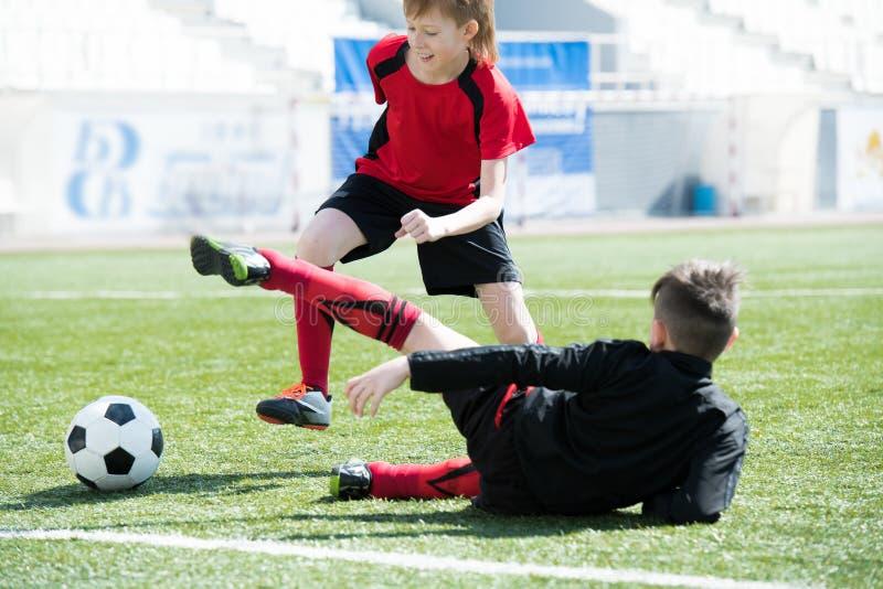 Παιδιά στον αγώνα ποδοσφαίρου στοκ εικόνες με δικαίωμα ελεύθερης χρήσης