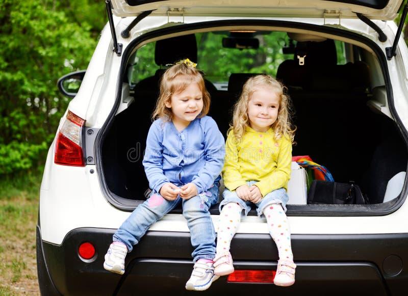 Παιδιά στο αυτοκίνητο στοκ εικόνες
