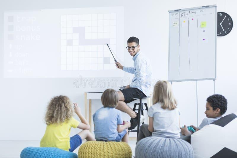 Παιδιά στο σύγχρονο σχολείο στοκ εικόνες