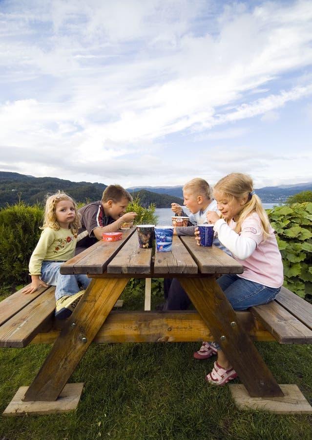 παιδιά στρατόπεδων που έχουν το γεύμα στοκ φωτογραφία με δικαίωμα ελεύθερης χρήσης