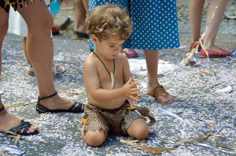 Παιδικά παιχνίδια καρναβάλι σε ένα κοστούμι με το κομφετί γύρω στοκ φωτογραφία