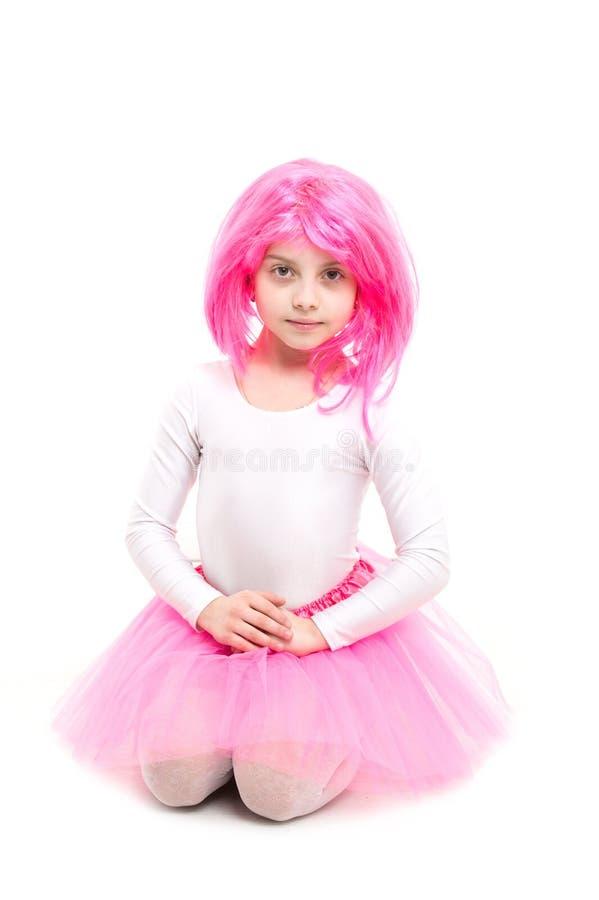 παιδική ηλικία και ευτυχία Ομορφιά και μόδα Μικρό κορίτσι τ στη ρόδινη φούστα Παιδί στην περούκα που απομονώνεται στο άσπρο υπόβα στοκ φωτογραφίες με δικαίωμα ελεύθερης χρήσης