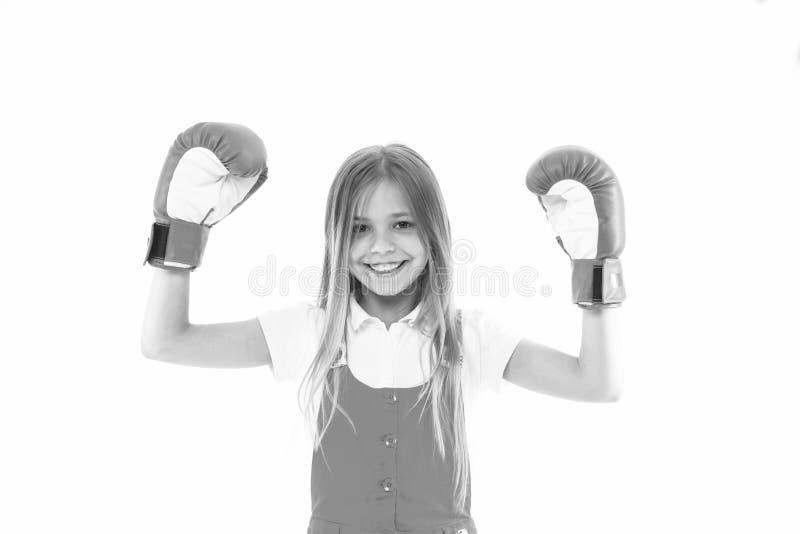 Παιδική ηλικία και φροντίδα των παιδιών Ο αθλητής παιδιών παρουσιάζει δύναμη Ευτυχές παιδί στα εγκιβωτίζοντας γάντια που απομονών στοκ εικόνες